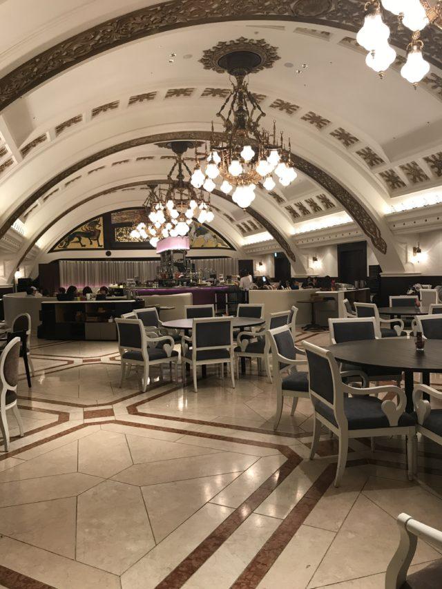こんにちは1.5次会、2次会の会場のご紹介です。 イルピノーロ梅田は西梅田ヒルトンプラザ5階にありますレストランです。エントランスから素敵な雰囲気。 今回はお昼にお邪魔致しましたが店内はとても明るくガラス張りになっており梅田が見渡せるようになっております。 お料理もこだわりのお料理でイタリアンをアレンジされていたりで、味はもちろんのこと見た目も素敵なんです! 1.5次会などは新郎新婦様のご要望で一番多いのがお食事がおいしい所と言われます。次にお店の雰囲気。1.5次会ではあまりカジュアル過ぎない方が好まれますが硬すぎるのもちょっと・・・。イルピノーロはすべての願いを叶えてくれるレストランです!お料理や100種類以上あるワインでおもてなしができ店内も落ち着いた雰囲気でどんなゲストの方にも喜ばれるのではないでしょうか? 会場内はおしゃれなのでお写真も素敵に取れますし夜は夜景が見れたりとまたお昼と違った雰囲気が味わえます。 イルピノーロのあるヒルトンプラザウエストも大阪駅から近いのでとても便利がいいですね。 いろんな願いを叶えてくれるイルピノーロは本当にお勧めのレストランです。新郎新婦様はもちろん、ゲスト様にとっても、最高のパーティーになること間違いないでしょう‼